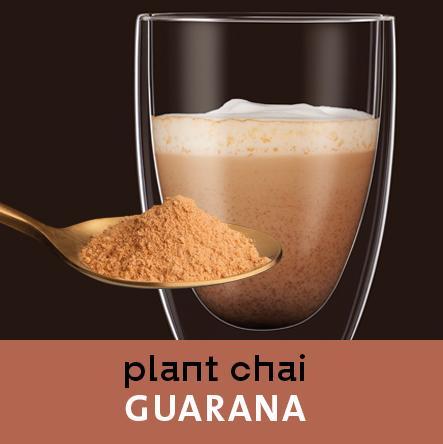 Chai Guarana im Glas. Löffel mit Chai Pulver im Vordergrund.