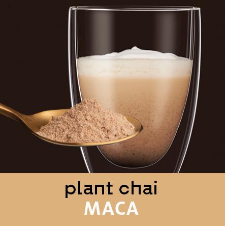 Chai Maca im Glas. Löffel mit Chai Pulver im Vordergrund.