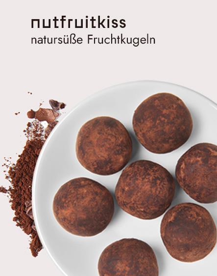 Biovegane Snacks: Blick auf einen Teller mit den Energyballs Kakao