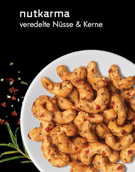 Biovegane Snacks: Blick auf einen Teller mit veredelten Cashewnüssen.